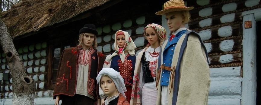 """wystawa """"Pogórzanie i sąsiedzi - tradycyjny strój ludowy"""""""